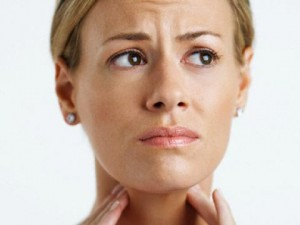 Специалисты рекомендуют во время глотания голову повернуть немного в сторону. Благодаря этому простому положению глотка откроется шире, чем обычно.