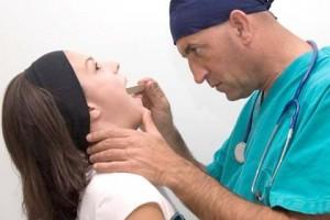 Если таблетка прошла, но существует ощущение, что таблетка застряла в горле,  то следует обратиться к врачу