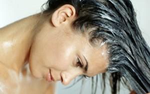 Издревле мы знаем, что ополаскивание уксусом смягчает волосы, придаёт им здоровый блеск