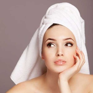 Ополаскивание уксусом после окрашивания хной или басмой позволяет получить более яркий цвет, улучшив при этом волосы