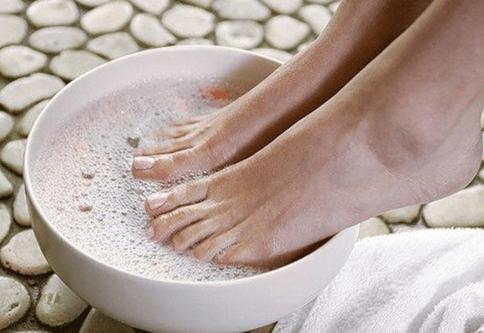 Ванночка с морской солью от грибка ногтей