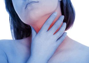 Девушку мучает боль в горле