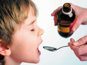 Ребенок принимает Лазолван в сиропе