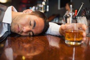Употребление крепких спиртных напитков