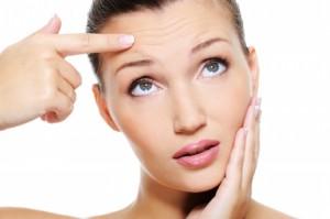 Причиной раннего появления морщин на лице женщины может быть не только возраст, но и ухудшение общего состояния всей кожи, которое может проявляться в результате серьезного заболевания.
