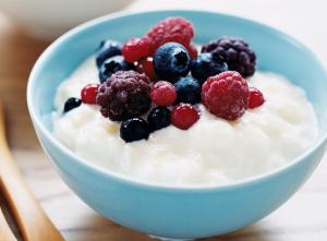 Диетическое блюдо - рисовая каша с ягодами
