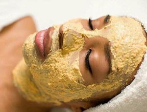 Нанесение маски от морщин
